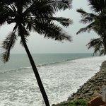 El mar, delante del hotel