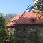 Außenansicht der Burganlage vom Spazierweg im Park