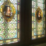 Restaurierte Fenster im Flur vor dem Spiegelsaal