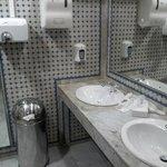 Descuidada limpieza de los baños de las zonas comunes