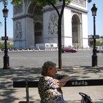Aqui estou na lateral da Champs Elysèes