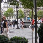 Champs Elysèes vista de dentro do restaurante