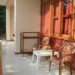 Elke kamer heeft zo'n terras of balkon met zo'n fraai zitje, voorzien van uitstekend meubilair