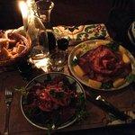Vista del tavolo, con cestello di crostini misti tradizionali.