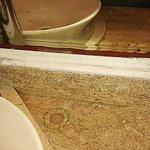 Espejo sucio, los hoyos y manchas de las llaves de agua anteriores