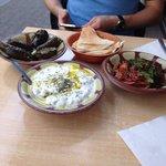 Entrées: yaourts feuilles de vignes et moussaka