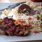 Plat brochette poulet et porc riz salade concombre tomate houmous et crème d ail