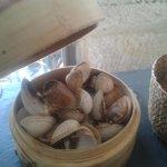 Berberechos al vapor servidos en vaporizador de bambu