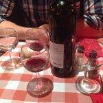Un peu de vin mais surtout une nappe à l'ancienne
