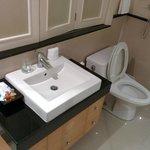 トイレ。タイなので、横に洗浄用のシャワーもついてます。