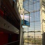 Detalle de la piscina de la azotea, visto desde uno de los ascensores.