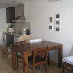 La table du séjour et la cuisine