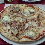 Pizza terroir: rillon andouillette oignons et chèvre