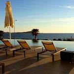 Vue sur la piscine et la baie d'Ajaccio