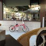 Maria Bonita (a bicicleta) em frente ao Café do Hotel Opera