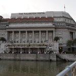シンガポールリバー側からのFullerton Hotel