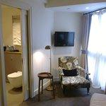 Zimmer 18, Sessel und Bad