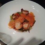 Salade aux Saint-Jacques et saumon.