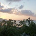 la vue de la terrasse au soleil couchant