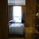シャワールームから見えるベッドルーム