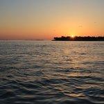 Le coucher du soleil, spectacle magique avec parfois des dauphins