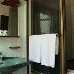 Ванная комната с душем и раковиной