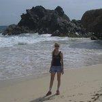 en una playa re escondida