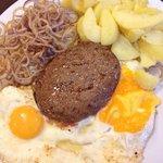 Piatto semplice e raffinato, hamburger d'angus con uovo al tegamino, frittura in pastella di cip