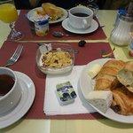 ホテルの朝食。他にチーズやスクランブルエッグ、ヨーグルトがありました