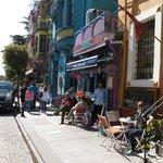 Cafes e lojas em frente ao hotel