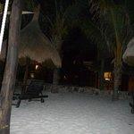disfrutando la noche en la playa, sobre sus camastros