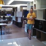 O lobby do hotel. parece maquete.