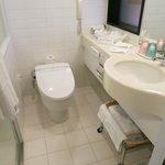 トイレ(左側にバスルーム)は清潔です