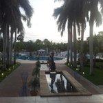 Mirando desde el lobby hacia la piscina...