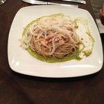 spaghetti con calamari scottati su letto di pesto di zucchine