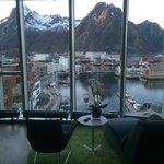 Utsikt fra rommet rett mot fjellet med Svolværsgeita