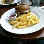 Cheeseburger with chips and relish