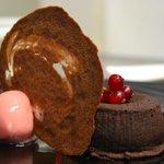 Fondant au chocolat grand cru, sorbet à la fraise, tuile chocolat