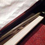 Detalle de la madera de la cama sin somier ni canapé, hace ruido cuando te mueves