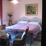 Chambre confortable et joliment meublée