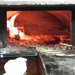 Pizza cotta al forno e fatta con ingredienti naturali Atmosfera semplice familiare e sarete acc
