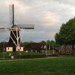 Rechts van de molen de Tourist info en de B&B