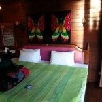 Vores lille hyggelige hytte med en kæmpe seng