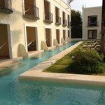 La piscine / bassin littéralement à 1 cm de notre terrasse : top !