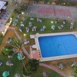 piscine et tennis (vue depuis le toit de l'hôtel)