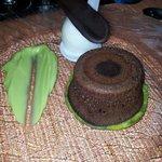 fondant de chocolat, sauce avocat et glace litchi