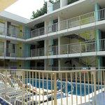 interno hotel con piscina