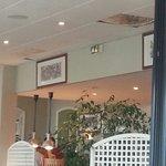 Photo de la salle du restaurant buffet petit déjeuner. Plaques de plafond écroulées qui ont pris
