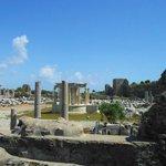 Руины древнего города рядом с амфитеатром