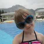 дочка у бассейна